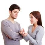 Frau zählt ihrem Mann Vorwürfe mit den Fingern auf