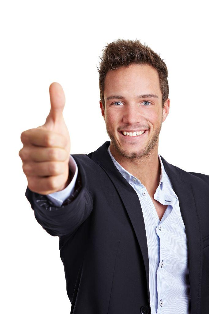 Glücklicher junger Geschäftsmann hält seinen Daumen nach oben